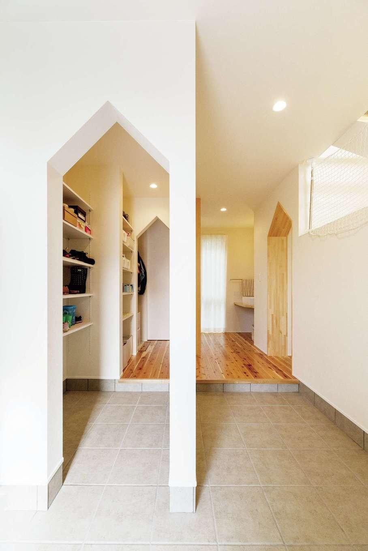 R+house三島(鈴木工務店)【デザイン住宅、自然素材、建築家】玄関の広い土間では、ご主人が自転車の整備をすることも。 収納力抜群のシューズクロークは家族の日常動線。三角アーチのリフレインがかわいいホールには、帰宅後すぐに手洗いができるよう洗面台を設けた