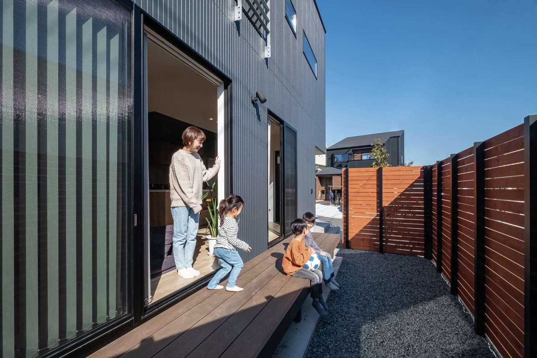 金子工務店/めぐみ不動産(アイフルホーム 沼津店)【デザイン住宅、間取り、建築家】ウッドデッキはアウトドアリビングとして大活躍。フェンスで視線を遮りながらBBQや水遊びを楽しめる