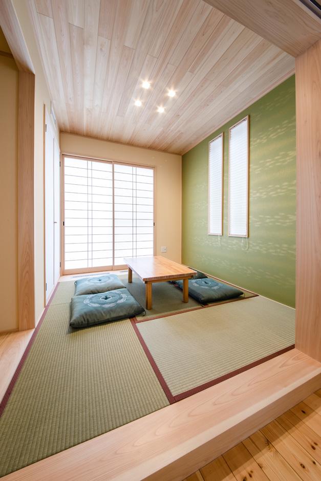 瀧口建設|リビングに隣接する小上がりの和室。全館空調システムにより、無垢の床だけでなく、畳まで暖かくなるのがすごい。お茶をイメージしたデザインクロスは、奥さまのセンスで選んだ。障子を開けると坪庭の風情を楽しむことができる