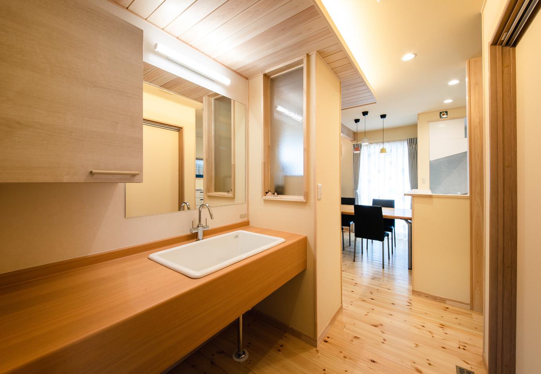 瀧口建設|キッチンと脱衣室の間にある洗面コーナー。深底シンクで使い勝手も抜群。玄関からリビングを通らずにアクセスできるので、ゲストも使いやすい