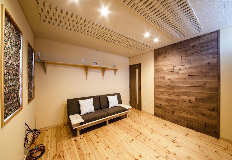 瀧口建設|ご主人こだわりのオーディオルーム。ドア、天井、壁に吸音効果の高い素材を用いたことで、音漏れを気にすることなく、大音量でクラシック音楽を聴くことができる。ホームシアターも楽しめるよう、プロジェクターを置くための棚も造作した