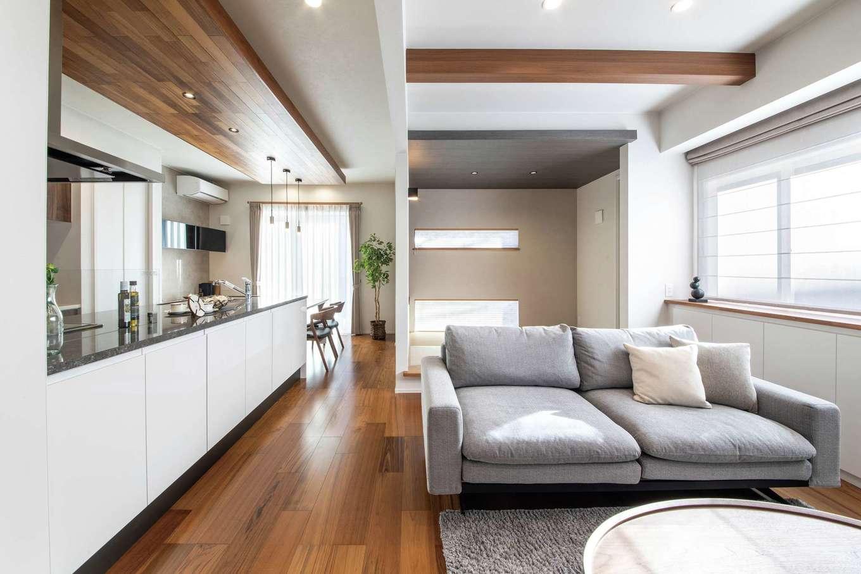 静鉄ホームズ【デザイン住宅、収納力、間取り】素材、色、高さに変化をつけることで、開放感とくつろぎが両立するLDKに。窓側にも収納が備えられている