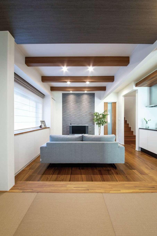 静鉄ホームズ【デザイン住宅、収納力、間取り】畳コーナーからリビングを見通す。テレビ台の背後の壁にもエコカラット。リビング階段の要望も実現した