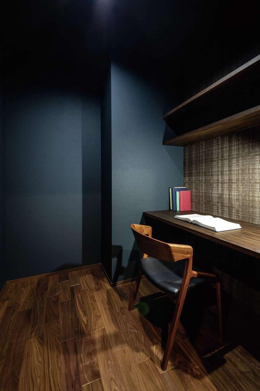 静鉄ホームズ【デザイン住宅、収納力、間取り】寝室のウォークインの一角にご主人の書斎スペースが用意された