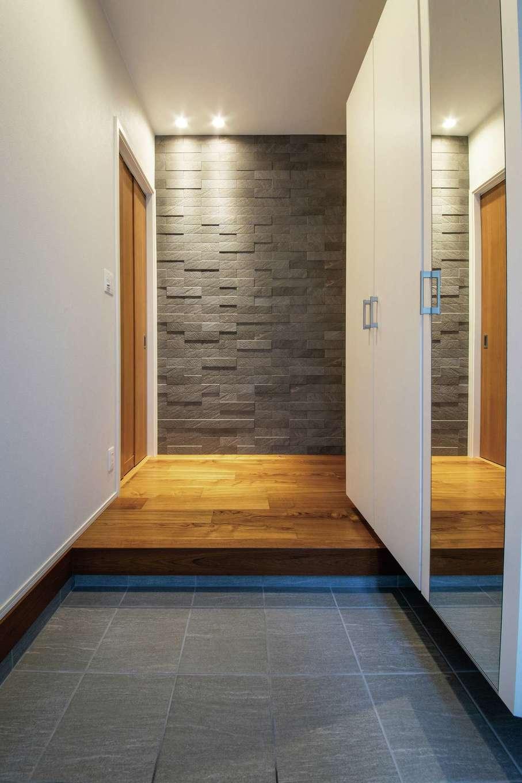 静鉄ホームズ【デザイン住宅、収納力、間取り】正面に調湿や脱臭などの機能をもつエコカラットを採用。収納の一面を鏡にしてもらった