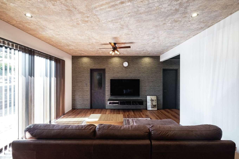 静鉄ホームズ【デザイン住宅、収納力、間取り】天井にはレトロ感あるクロスを採用。開放感にぬくもりが溶け込む