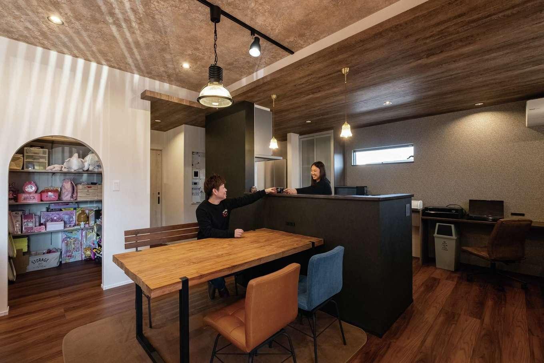 静鉄ホームズ【デザイン住宅、収納力、間取り】キッチンは天井を一段下げ、落ち着きをプラス。右手には造作デスクがL字型に用意されている。Rの入口で空間を分けたキッズスペースはLDKのスッキリに貢献