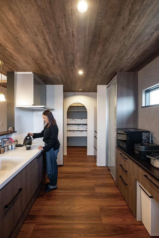 静鉄ホームズ【デザイン住宅、収納力、間取り】動きやすいキッチン。可動棚のパントリーは使い勝手抜群