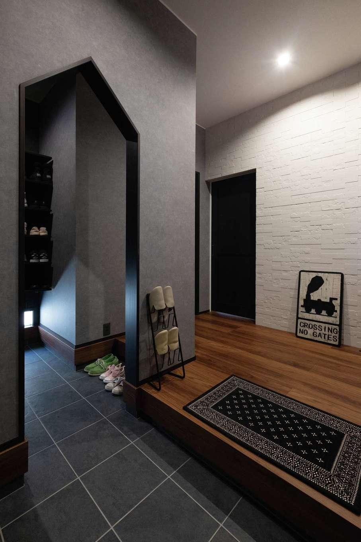 静鉄ホームズ【デザイン住宅、収納力、間取り】玄関はイメージを伝え、素材感や色味を整えてもらった。正面には調湿・脱臭機能をもつエコカラット