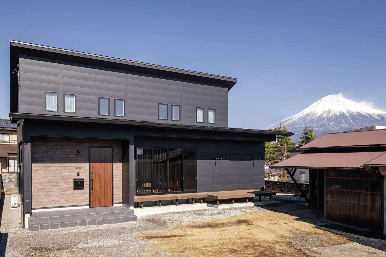 静鉄ホームズ【デザイン住宅、収納力、間取り】外観は、縦に貼られることの多い金属サイディングを横方向に。洗練と安心感が調和する