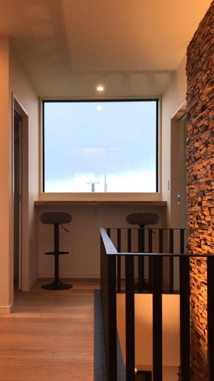 BE WITH 戸﨑建設【焼津市石津726付近・モデルハウス】ゆとりあるスペースに外の景色を取り込んだ窓辺カウンターなら、リモートワークもはかどりそう。おウチ時間の充実に一役買える、そんな場所も大切