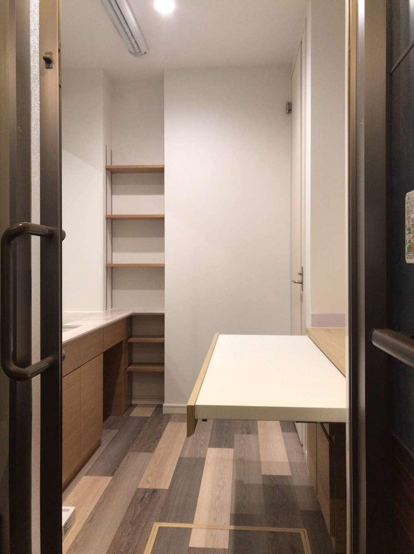 BE WITH 戸﨑建設【焼津市石津726付近・モデルハウス】室内干しもできる洗面室には、洗濯物をそのままたたんで収納できる工夫も。洗面台はオリジナルで造作した