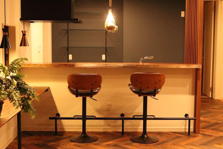 BE WITH 戸﨑建設【焼津市石津726付近・モデルハウス】リビングを見渡せる対面キッチンには、一枚板のカウンター。趣向を凝らした照明の下で、お酒を嗜む夜も楽しい