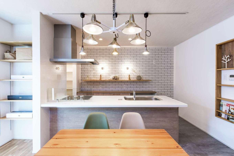 """cozy house(小塚建設)【デザイン住宅、自然素材、間取り】タイル壁のキッチンに飾り棚、壁にニッチ、リビングにオープンな棚と""""魅せる""""収納が豊富"""