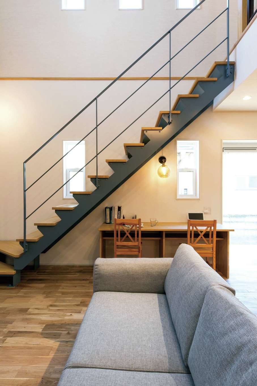 cozy house(小塚建設)【デザイン住宅、自然素材、間取り】階段下のインテリアカウンターは子どもの勉強や大人のパソコンスペースに