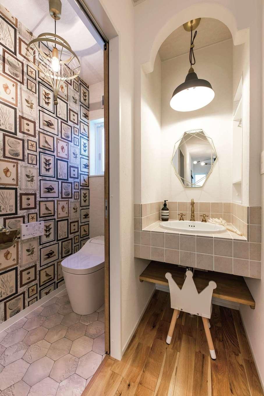 cozy house(小塚建設)【デザイン住宅、自然素材、間取り】帰宅後すぐに手を洗える玄関近くの造作洗面。トイレは華やかな輸入クロスをアクセントに