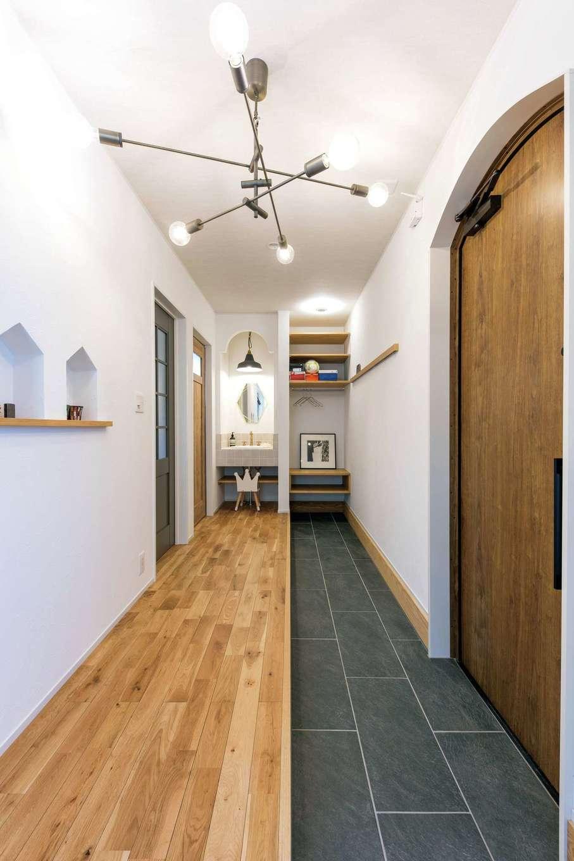 "cozy house(小塚建設)【デザイン住宅、自然素材、間取り】玄関土間の""いってきますクローク""。靴だけでなくコートの脱ぎ着も玄関で。自転車やベビーカーなど屋外で使うものを室内に上げずにすむ"