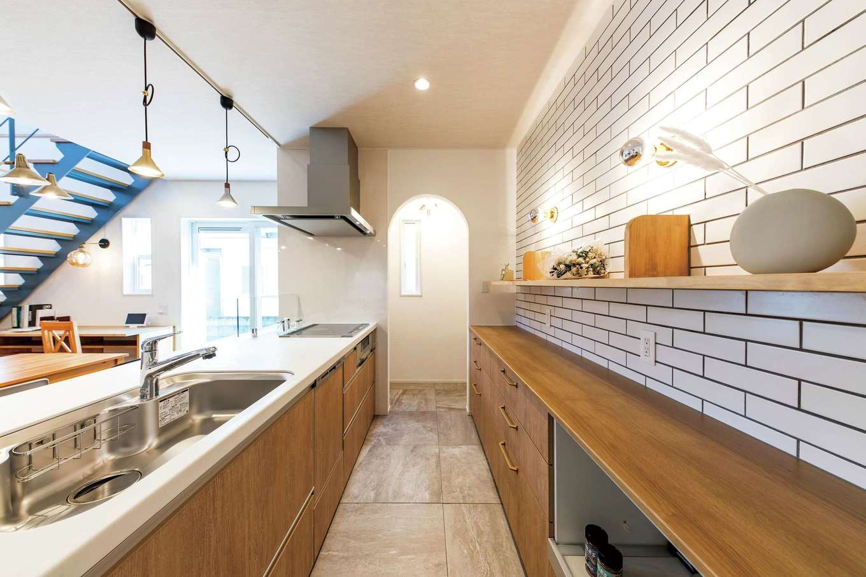 cozy house(小塚建設)【デザイン住宅、自然素材、間取り】キッチンの奥は買い置きの食品などを置けるパントリー