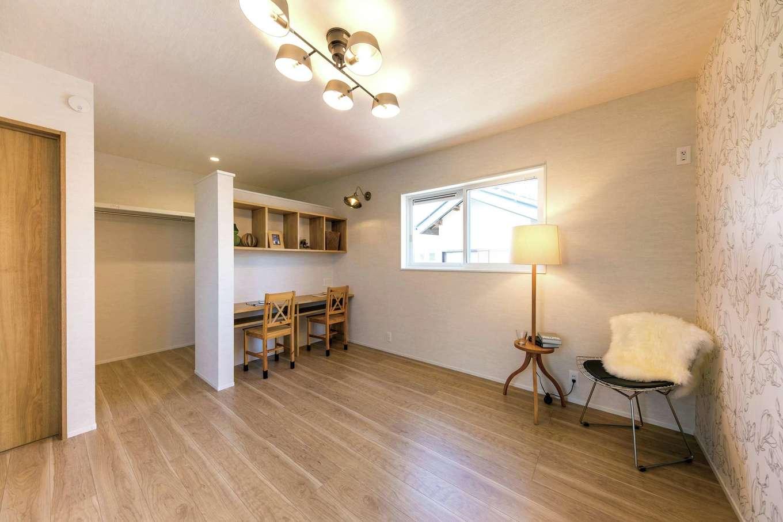 cozy house(小塚建設)【デザイン住宅、自然素材、間取り】寝室に書斎兼パウダーコーナーを設置。ウォークインクローゼットはドアなしのオープンなタイプ