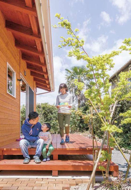 住まい工房 整建【子育て、自然素材、間取り】リビングから繋がるウッドデッキ。ウッドデッキに面する外壁を杉板にすることで、山小屋のような雰囲気に。テーブルを出して食事やBBQに大活躍。リビングから行き来できる動線も便利