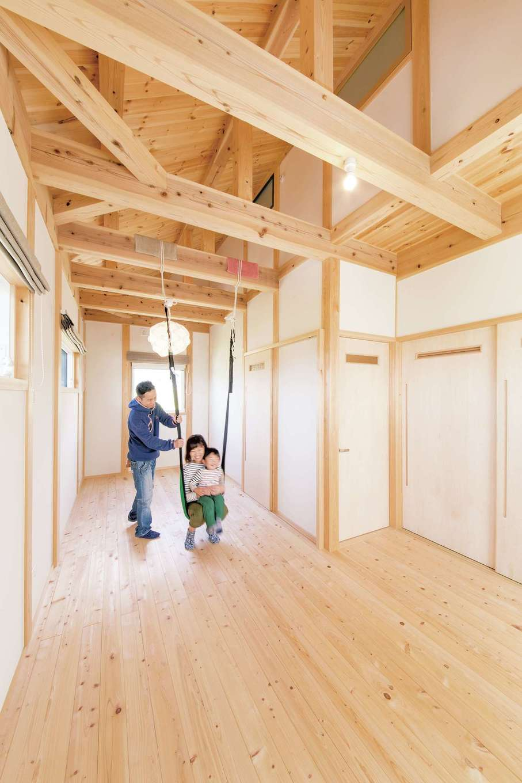 住まい工房 整建【子育て、自然素材、間取り】屋根裏部屋と小窓でつながる、ゆったりとした子ども部屋。今はお子さんの遊び場に