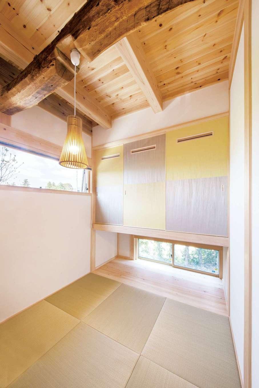 住まい工房 整建【子育て、自然素材、間取り】和室の梁は、以前ここに建っていた古民家の梁を再利用。押入を浮かせることで、荷物の出し入れが便利になるうえ、光と風を採り入れる効果も