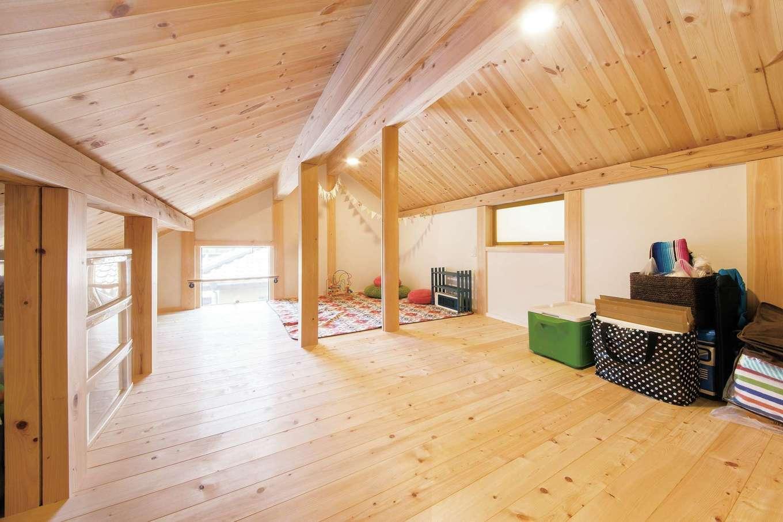 住まい工房 整建【子育て、自然素材、間取り】小屋裏になる部分を収納ペースとして活用。天井は低いものの収納量は抜群。お子さんとキャンプごっこをしたことも