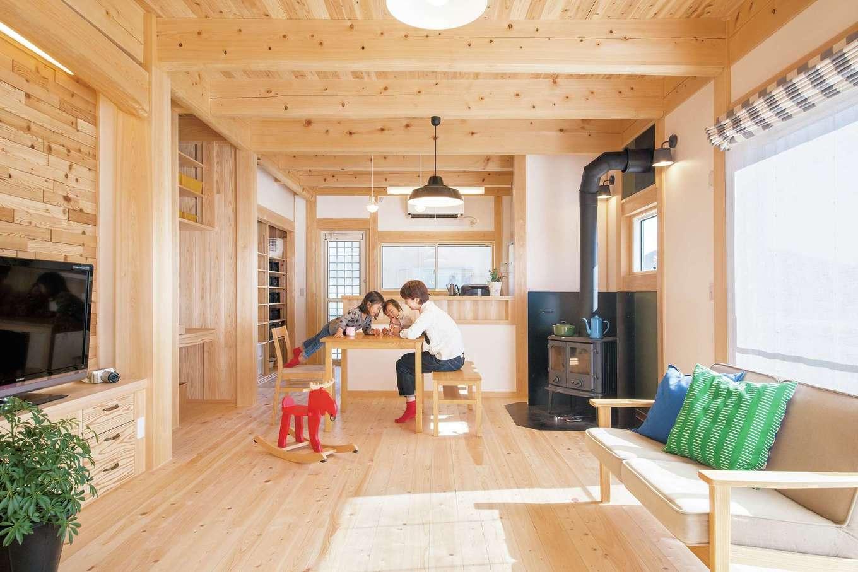 住まい工房 整建【子育て、自然素材、省エネ】梁や床に無垢のヒノキを、壁には調湿効果のある漆喰を採用。身体を芯から温めてくれる薪ストーブは、吸排気によって室内の空気をきれいにする効果も