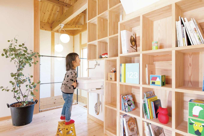 住まい工房 整建【子育て、自然素材、省エネ】2階ホールには洗面を設置。ちょっと汚れても、わざわざ1 階に行く必要がなく楽ちん。造作した棚にはお気に入りの本や雑貨をディスプレイ