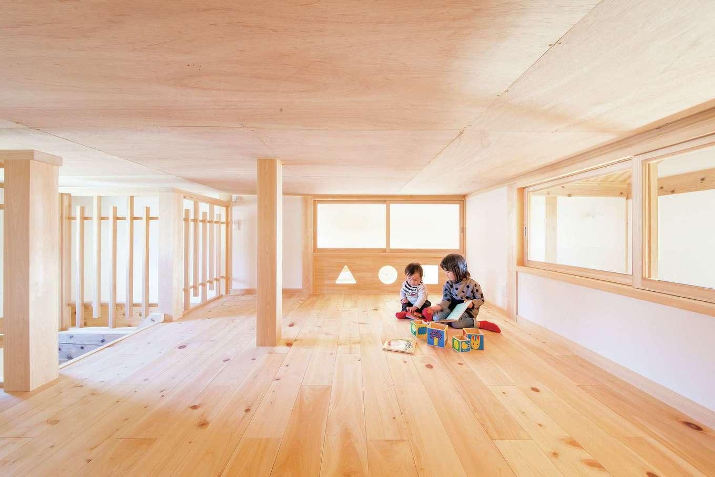 住まい工房 整建【子育て、自然素材、省エネ】ロフトがある子ども部屋と△○□の窓がかわいい屋根裏が、室内窓でゆるやかに繋がる