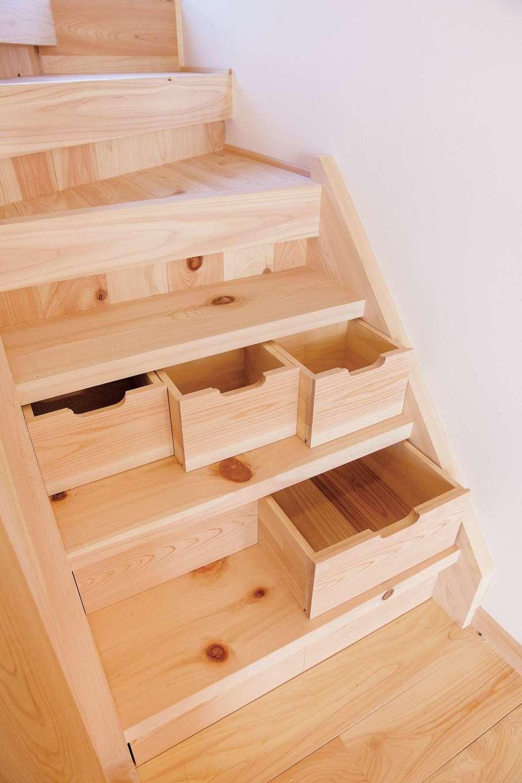住まい工房 整建【子育て、自然素材、省エネ】階段下のデッドスペースを活用して、細々した物をしまえるスペースに