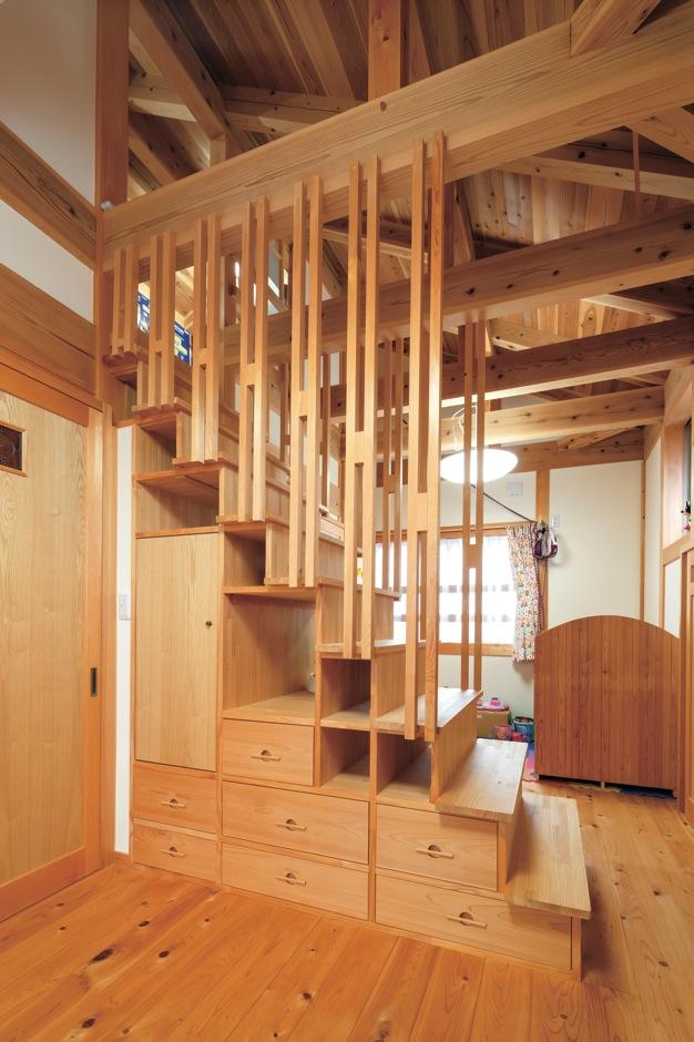 住まい工房 整建【子育て、和風、自然素材】2階の子ども部屋は手作りの階段ダンスで緩やかに間仕切り。上部はロフト収納
