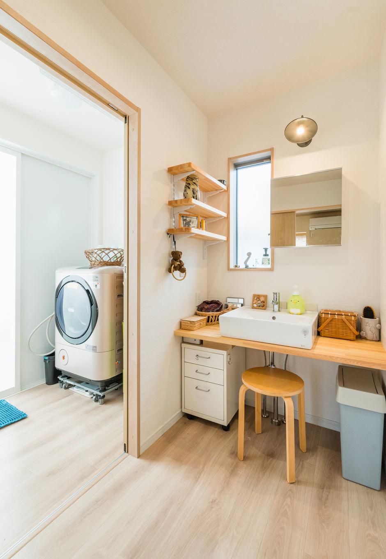 誠一建設 【子育て、収納力、間取り】洗面室を通ってトイレがある間取りのため、ゲストが利用することを考慮して脱衣室と分けられた。普段は戸を開放して広く活用