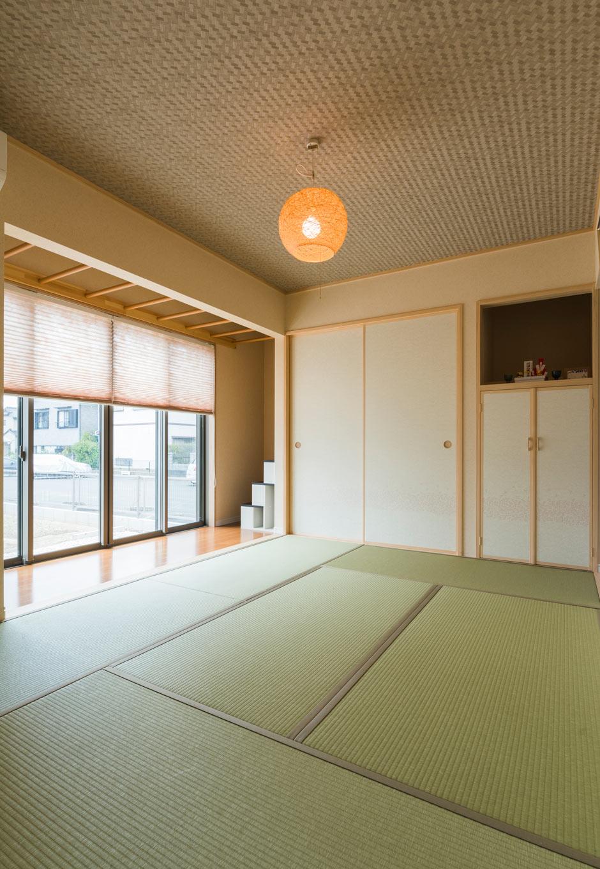 誠一建設 【子育て、収納力、間取り】日本家屋の懐かしさを伝える縁側のある6畳の和室。右手奥は物入れも完備され、神棚の下も収納に。縁側につくられたうんていは、子どもたちの遊び用と物干しを兼ねたもの