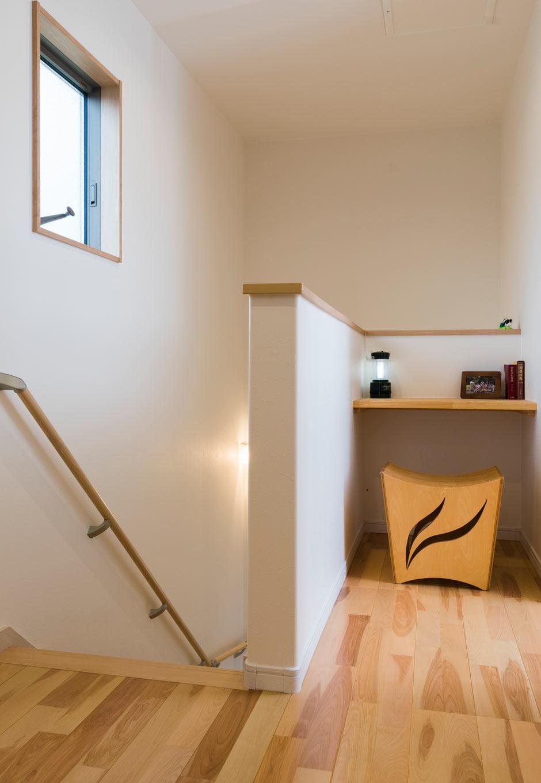 誠一建設 【子育て、収納力、間取り】2階ホールに設けたカウンターは家族が自由に使える場所。いろんなところで勉強しているという長女のお気に入りでもある