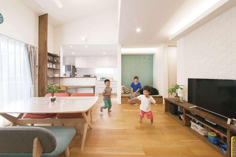 誠一建設 【子育て、二世帯住宅、間取り】2階にある子世帯のLDKは、勾配天井にすることで見た目にも広く感じられる。小上がりになった1畳ほどの畳コーナーは、子どもが昼寝をしたり、ソファ代わりにしたりと大活躍。無垢の突き板を貼った床は、天然木ならではの心地よさを感じられる