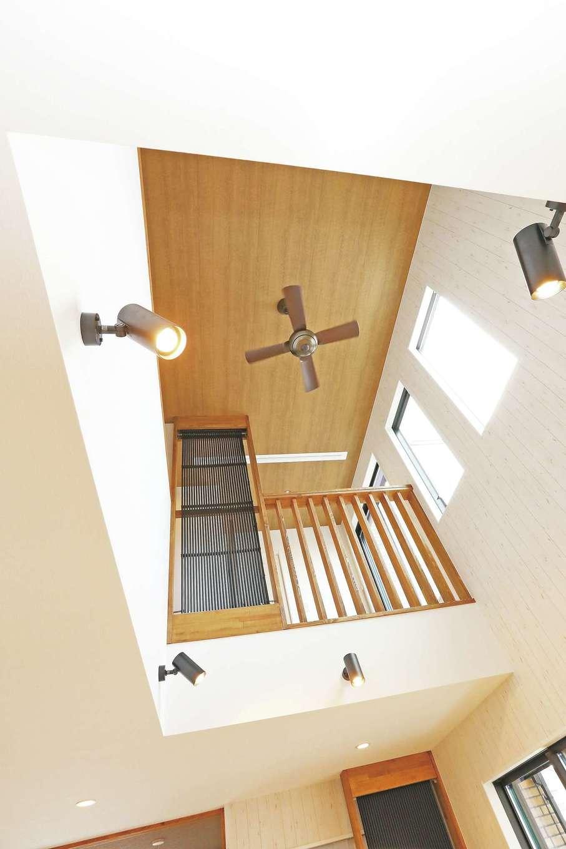 誠一建設 【デザイン住宅、子育て、省エネ】大きな吹き抜けで開放感たっぷり。2階の手すりとクール暖が一体化している