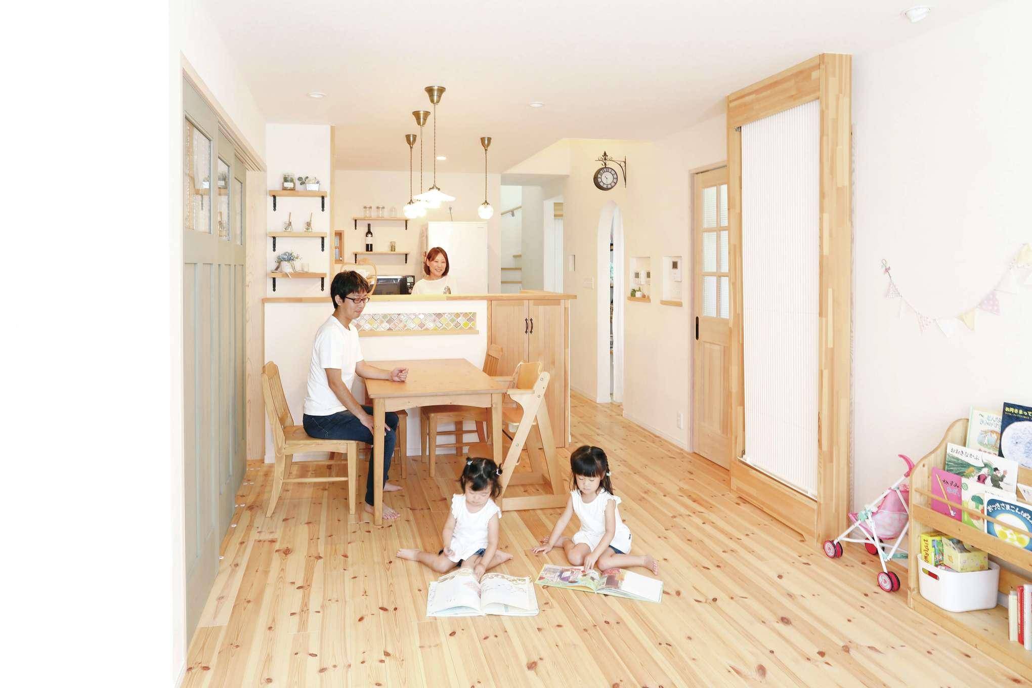誠一建設 【デザイン住宅、自然素材、省エネ】パイン無垢材の床や「クール暖」の木製パネルに、雑貨や照明がよく似合う。スペイン漆喰は殺菌効果や調湿効果があり、空気も爽やかだ。緑の扉の向こうには和室がある