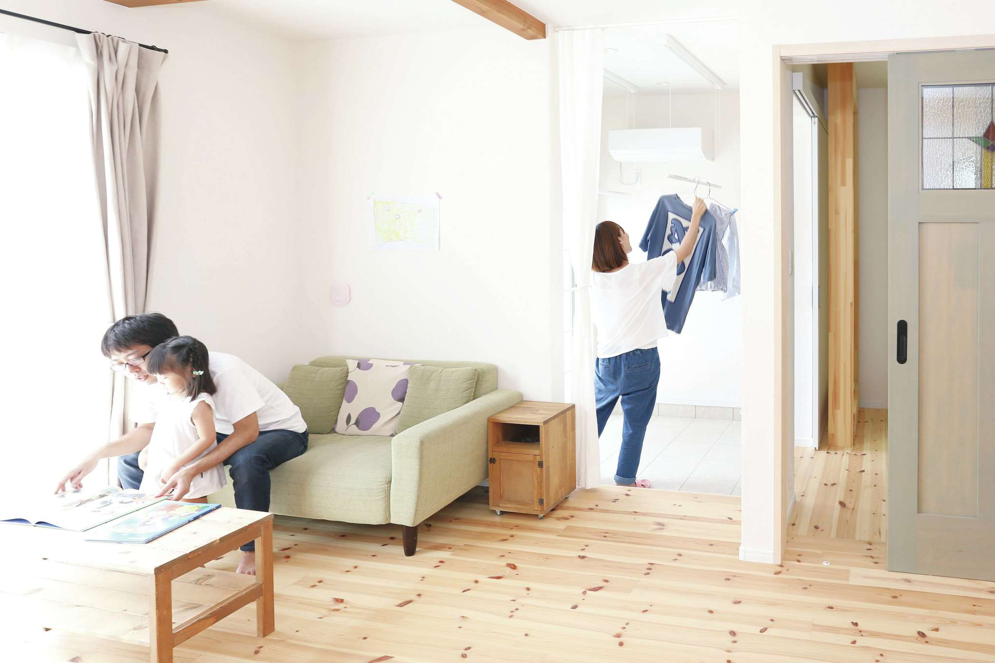 誠一建設 【デザイン住宅、自然素材、省エネ】リビングの隣には室内干し用の土間を併設