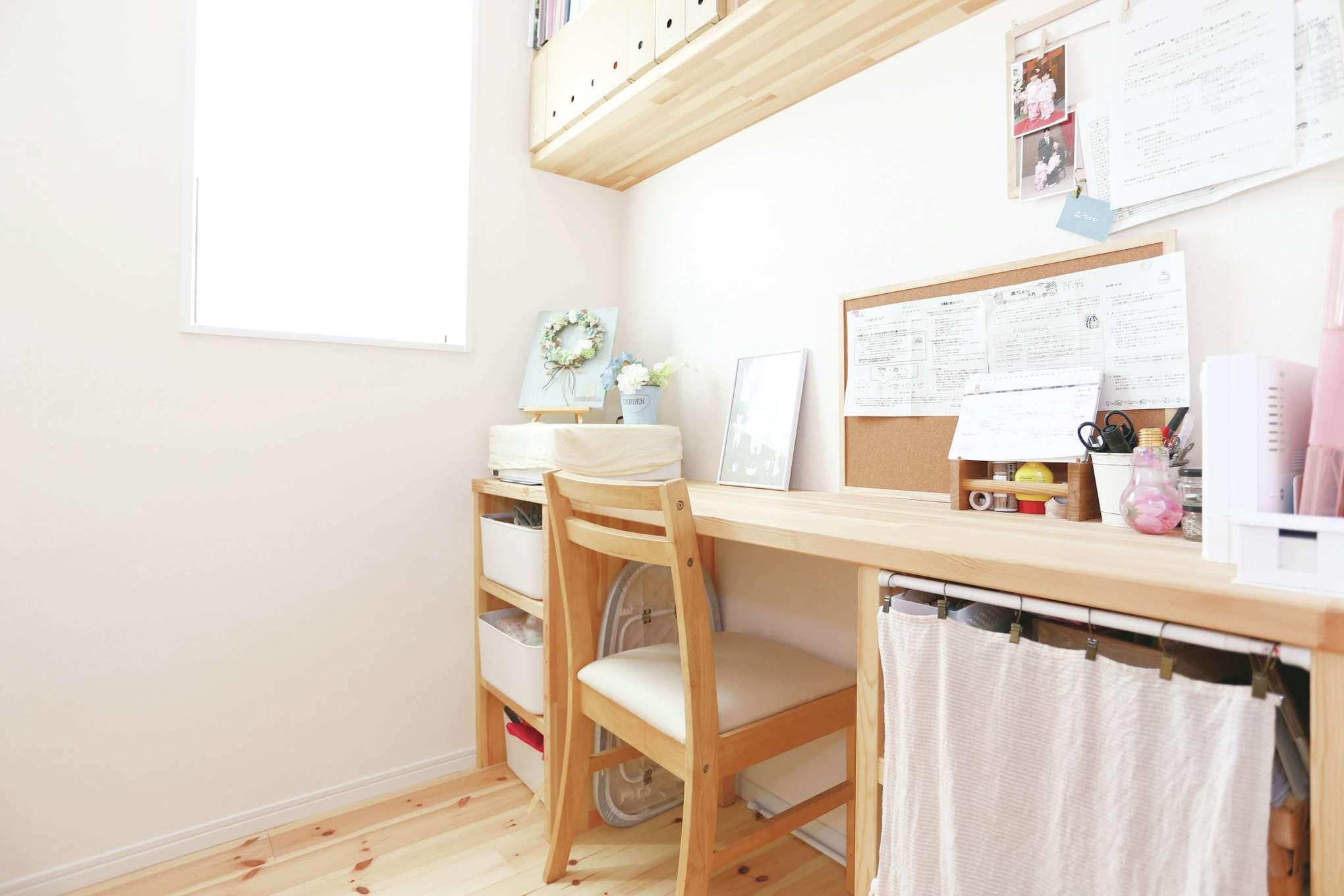 誠一建設 【デザイン住宅、自然素材、省エネ】キッチンの近くに家事室を設計。お子さまの園の書類を整理したり、家に持ち帰った仕事を行うのに最適だ