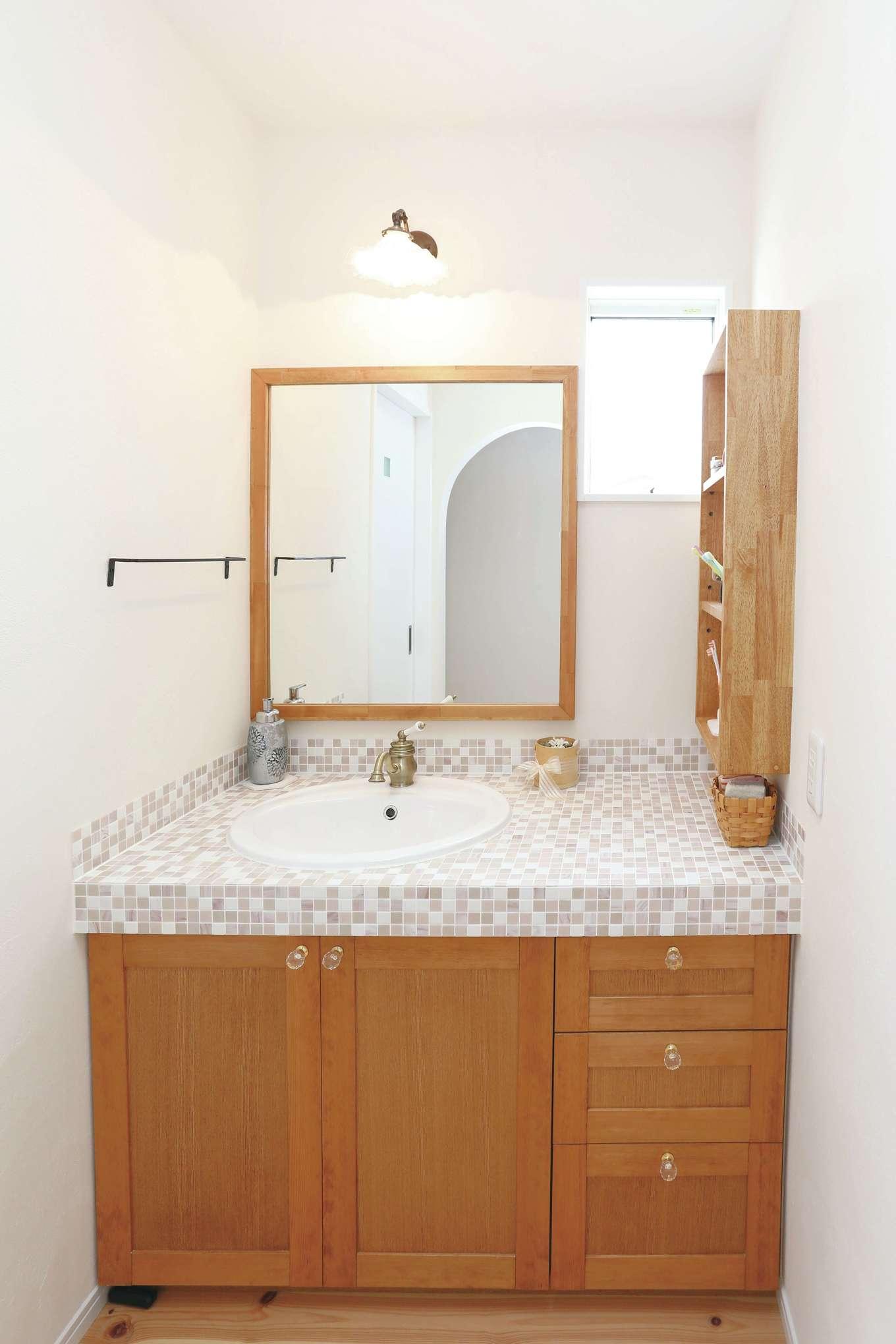 誠一建設 【デザイン住宅、自然素材、省エネ】モザイクタイルがかわいらしい造作洗面台