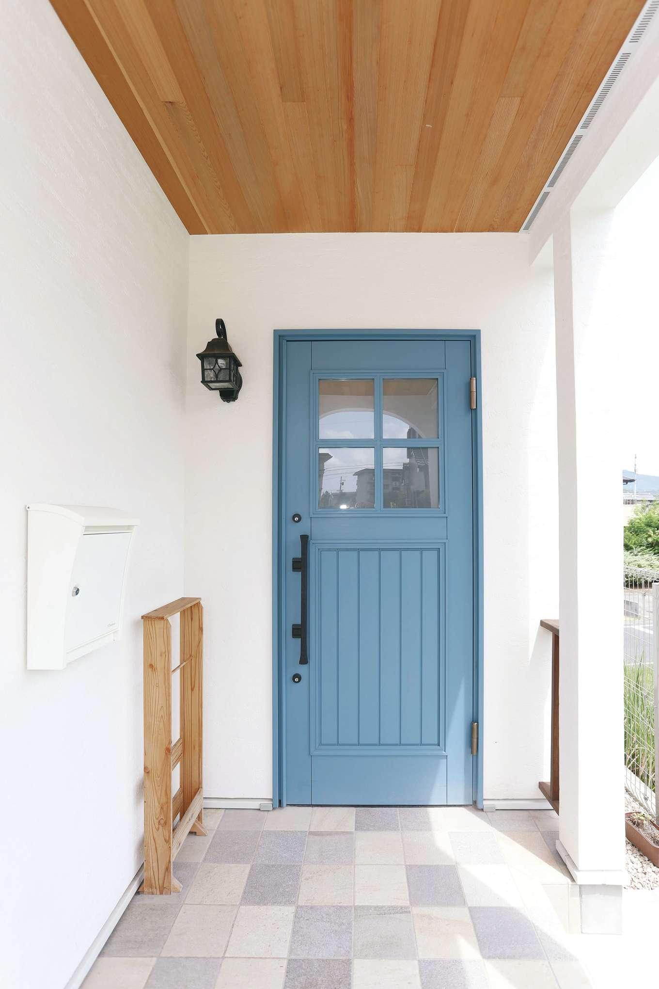 誠一建設 【デザイン住宅、自然素材、省エネ】玄関は輸入ドアのブルーが鮮やか