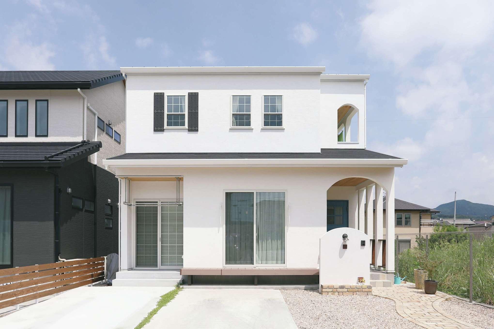 誠一建設 【デザイン住宅、自然素材、省エネ】アーチや鎧戸が似合うフレンチ風の外観。スペイン漆喰はメンテナンスフリーで白さが続く。太陽光発電4kWを搭載し、ゼロエネルギー生活も実現