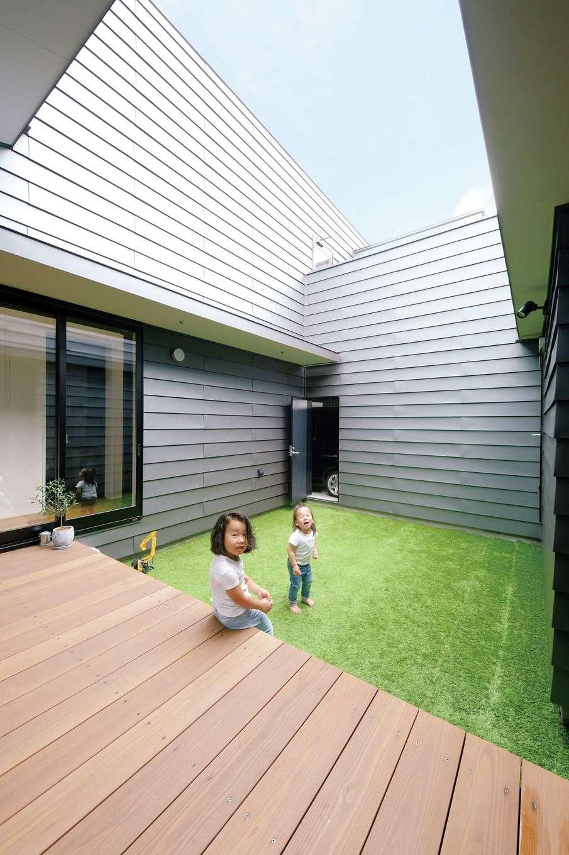 MABUCHI【デザイン住宅、建築家、ガレージ】建物で「の」の字に囲まれた中庭は、第二のリビングとして親子のコミュニケーションを育む。リビング、主寝室、インナーガレージとも直結している