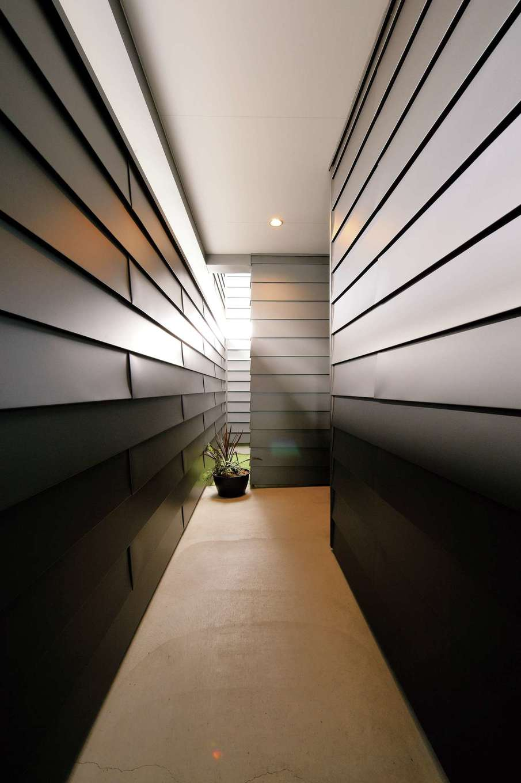 """MABUCHI【デザイン住宅、建築家、ガレージ】ご夫妻が""""洞窟""""と呼ぶアプローチ。気持ちをONからOFFにスイッチする貴重な空間"""