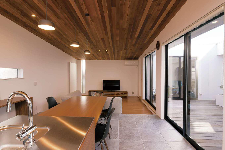 MABUCHI【デザイン住宅、間取り、建築家】レッドシダーを贅沢に張った勾配天井のLDKはクール&モダンな一室空間。リビングを一段下げたことに加え、中庭に面しているので、より広く感じられる