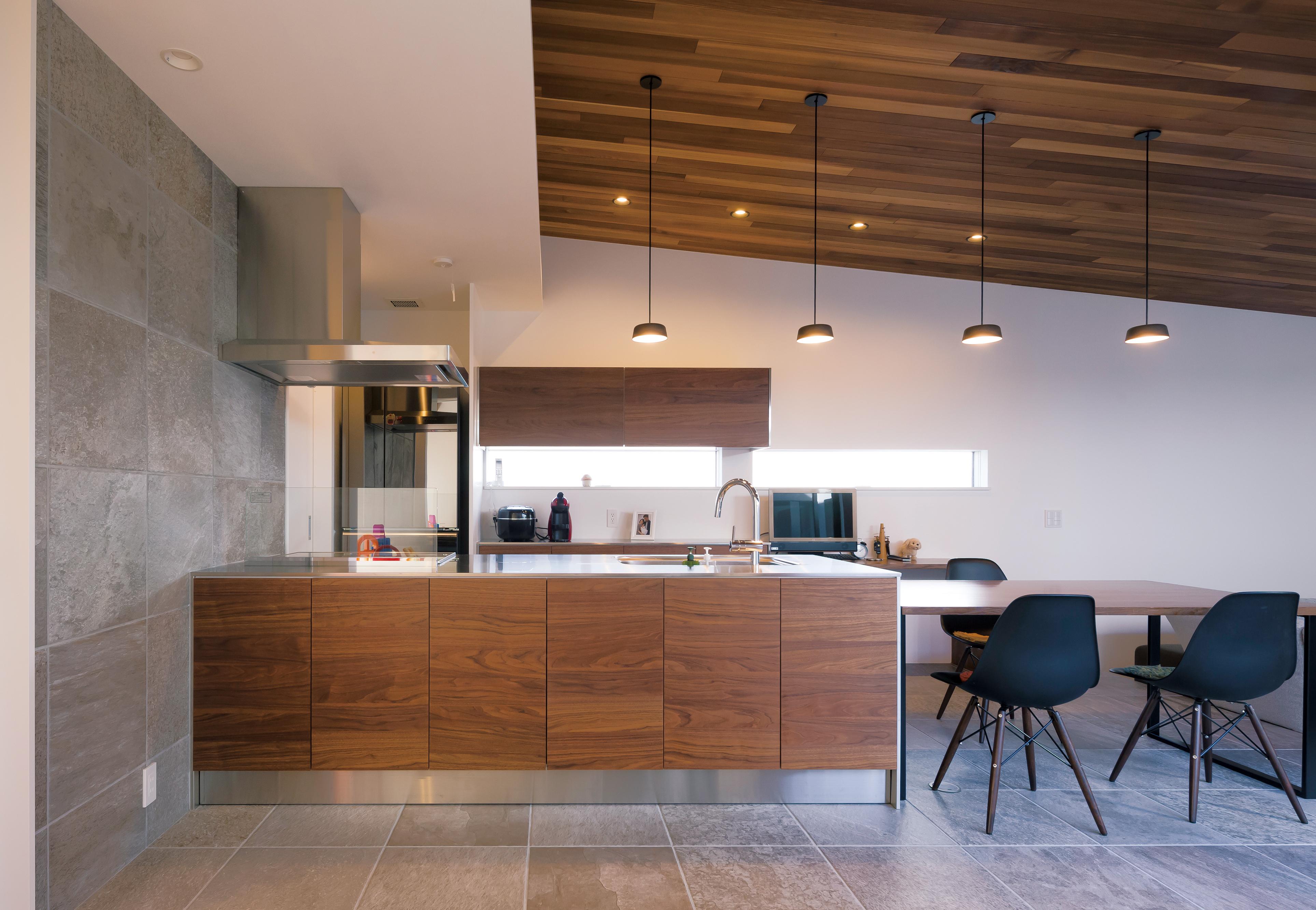 MABUCHI【デザイン住宅、間取り、建築家】モダンな空間に映えるおしゃれなキッチン。2WAYのパントリーは家事の時短に貢献