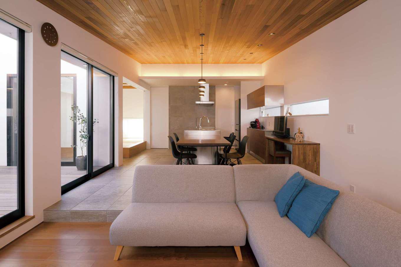 MABUCHI【デザイン住宅、間取り、建築家】玄関から一歩足を踏み入れた瞬間、誰もが驚きの歓声をあげる勾配天井のLDK。木、タイル、ステンレスといった異素材の組み合わせが五感をやさしく刺激する