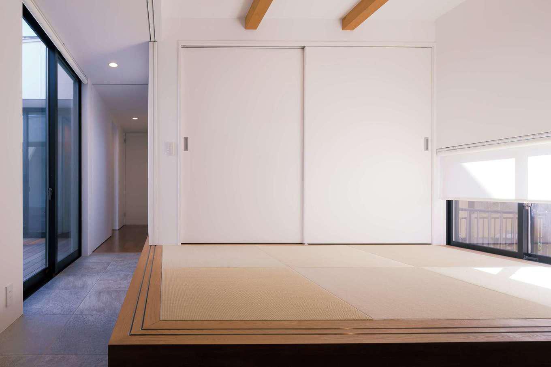 MABUCHI【デザイン住宅、間取り、建築家】ダイニングと隣接し、中庭にも面した小上がりの和室。間仕切りすればゲストの寝室に