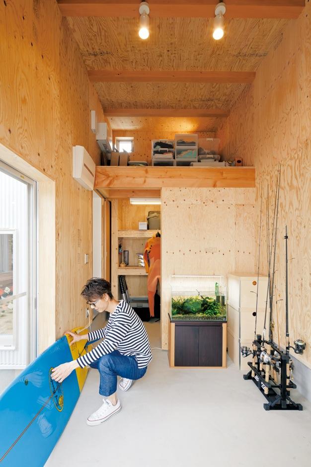 MABUCHI【デザイン住宅、建築家、平屋】サーフィン、釣り、キャンプなど多趣味な旦那さまの要望で作られた広々 した土間収納